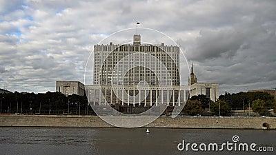 La Camera del governo della Federazione Russa (la Casa Bianca) e dell'argine del fiume di Moskva UHD - 4K archivi video