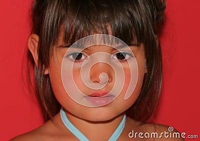 La cara de un niño hermoso