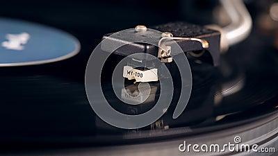 La cartouche se soulève et le disque de vinyle cesse la rotation banque de vidéos
