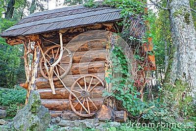 La casa di legno tradizionale ha fatto i libri macchina del ââof.