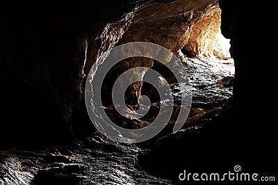 La caverne foncée