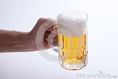La cerveza vertió en una taza