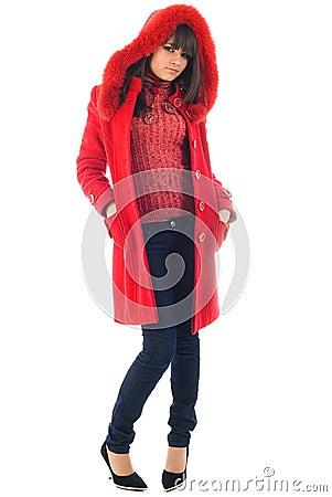 La chica joven hermosa en una capa roja