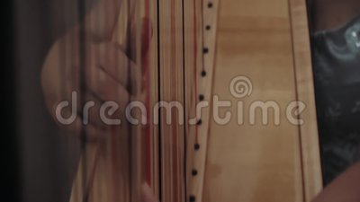 La chica toca el arpa con los dedos almacen de metraje de vídeo