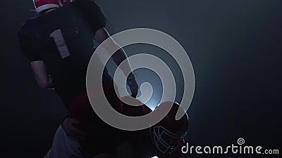 La chute de deux hommes de joueurs de rugby dans le mouvement lent clips vidéos