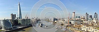 La città del Tamigi Londra ha piegato il panorama dal ponticello della torretta