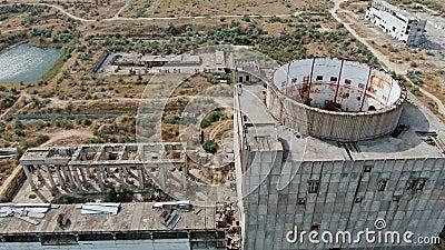 La construcción de un complejo abandonado de edificios de la planta de energía nuclear de la Unión Soviética CAPTURA AÉREA CRIMEA metrajes