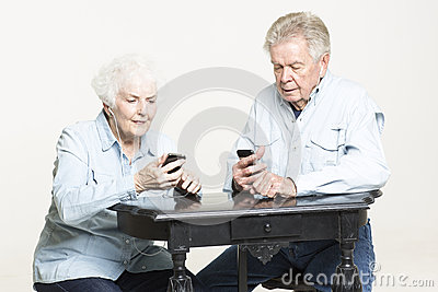 La coppia senior ascolta musica