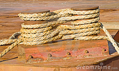 La corde blessent solidement environ deux serre-câbles.