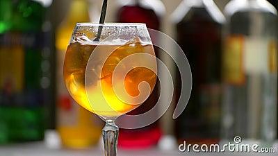 La cuchara mezcla la bebida anaranjada almacen de metraje de vídeo