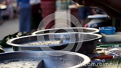 La délicatesse locale douce de Mae Hong Son a fait à partir du lait et du sucre roux de noix de coco étant vendus et servis à un  banque de vidéos