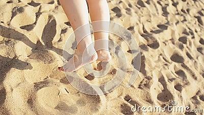 La danse heureuse de jeune fille sur la plage sourient in camera Jour ensoleillé insousiant Les gens clips vidéos