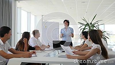 La discusión ejecutiva del encargado concluye de contrato con los colaboradores en oficina moderna y brillante