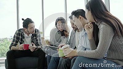 La diversité créative multi-ethnique d'équipe des jeunes groupent l'équipe tenant des tasses de café et discutant des idées renco banque de vidéos
