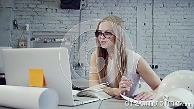 La donna del supervisore sta sedendosi alla tavola e sta discutendo online con la teleconferenza video d archivio