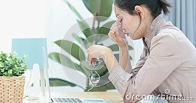 La donna di affari prova a fare fronte a tensione o ad ansia nervosa video d archivio