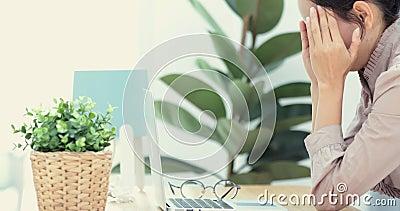 La donna di affari prova a fare fronte a tensione o ad ansia nervosa stock footage