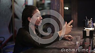 La donna di colore si ubriaca ad una barra stock footage