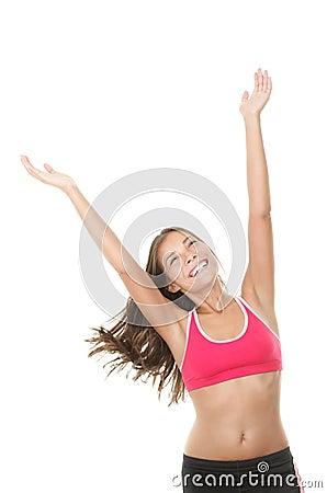 La donna felice di forma fisica con le braccia ha sollevato lo sguardo in su