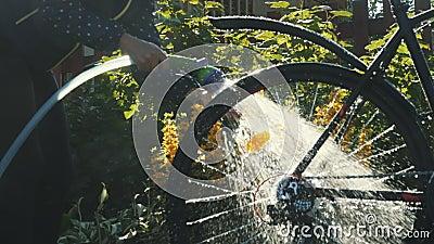 La donna lava la sua bici video d archivio