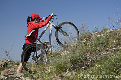 La donna su una bicicletta della montagna