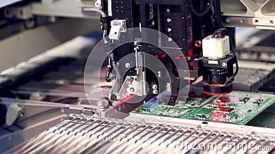 La electrónica automatizada parte la línea de la fabricación