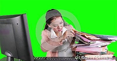 La empresaria busca el fichero entre los documentos almacen de video