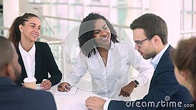 La empresaria y el hombre de negocios diversos hacen apretón de manos del trato en la reunión de grupo almacen de metraje de vídeo