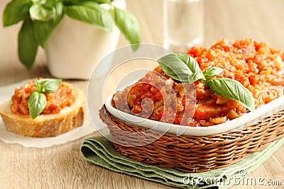La ensalada de la berenjena (caviar) en cuenco con albahaca se va