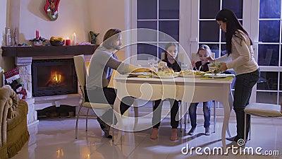 La familia feliz cena festivo en la tabla de la Navidad metrajes