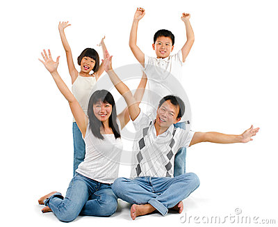 La famille asiatique arme vers le haut