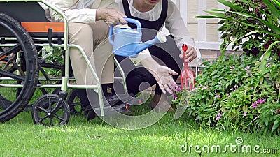 La femme agée détendent dans l'arrière-cour avec la fille