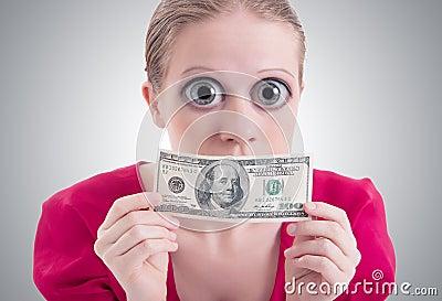 La femme avec de grands yeux et bouche a fermé le dollar