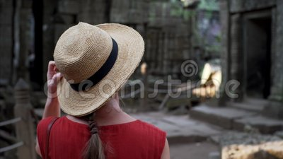 La femme caucasienne dans le chapeau de paille marche parmi des ruines des ventres Prohm clips vidéos