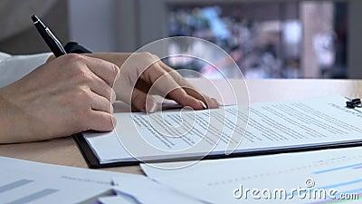 La femme d'affaires signe un accord La femme signe un document Signature du contrat de bail - fausse signature banque de vidéos