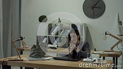 La femme de bureau a fini son travail et rentrer à la maison banque de vidéos