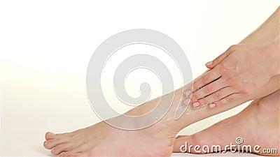 La femme l'écrème de la cheville jusqu'au genou clips vidéos