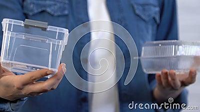 La femme préfère le conteneur réutilisable du plastique de nourriture à le jetable, économie clips vidéos