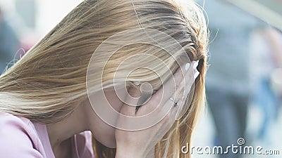 La femme triste s'asseyant dans la rue a fatigué du rythme quotidien, la vie stressante dans la mégalopole banque de vidéos