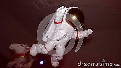 La figura del astronauta blanco suspende en aire indoor muñeca metrajes
