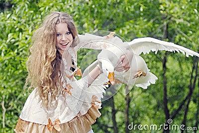 La fille a attrapé une oie