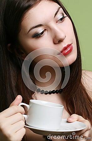 La fille avec une cuvette de café.