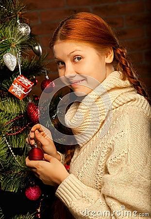 La fille décorent l arbre de Noël