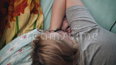 La fille dans les lunettes se trouve sur le canapé et regarde à l'écran a été mis ordinateur portable La vue du haut clips vidéos