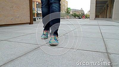 La fille grande et aux longues jambes passe par la ville 2 banque de vidéos