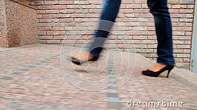La fille grande et aux longues jambes passe par la ville 5 banque de vidéos