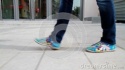 La fille grande et aux longues jambes passe par la ville 7 banque de vidéos