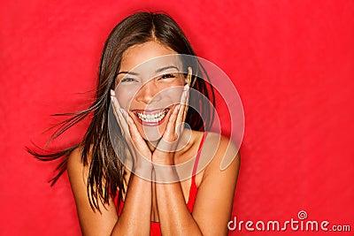 La fille heureuse a excité