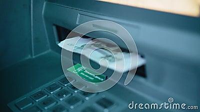La fille prend l'argent du distributeur Fermer les mains clips vidéos