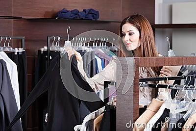 La fille recherche un tissu parfait qui est mode